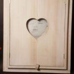Spiegel met luiken waarin een buste gezandstraald is. ca 25 x 35 cm