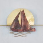 Roodkoperen schip op een gestyleerde achtergrond van hoogglans gepolijst messing (geelkoper)   ca 75 cm breed, 35 cm hoog Kleine genummerde serie van 100 Prijs indicatie € 995